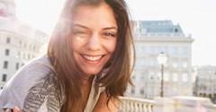 برای اینکه حس خوشحالی بیشتری را تجربه کنید، این 13 عادت مضر را کنار بگذارید