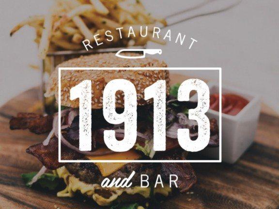 """در تصویر زیر تبلیغ یک رستوران را می بینیم که از قرار معلوم نام آن """"1913"""" است زیرا این بخش از تصویر به صورت چشمگیری به نمایش درآمده است، در نگاه اول ابتدا """"1913"""" دیده می شود و سپس کلمه ی رستوران و تصویر غذا را در پس زمینه ی آن به چشم می آید."""