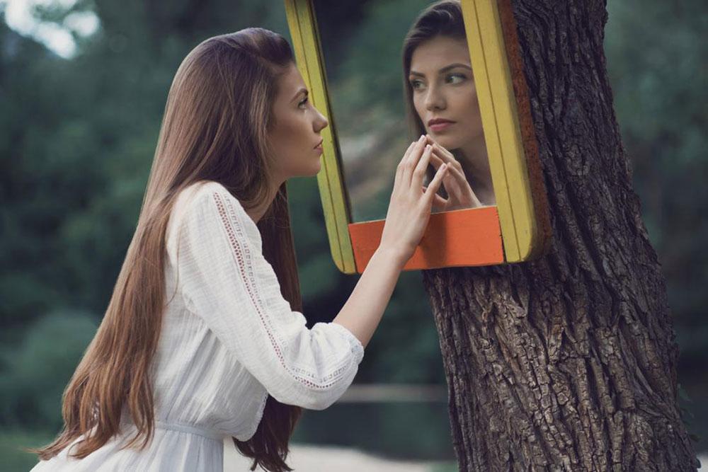 زنان موفق چگونه اعتماد به نفس خود را نشان می دهند؟