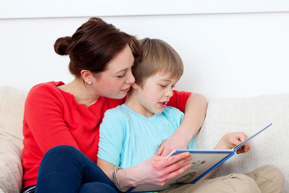 چرا کتاب خواندن برای کودکان اهمیت دارد و از کجا باید شروع کنیم؟