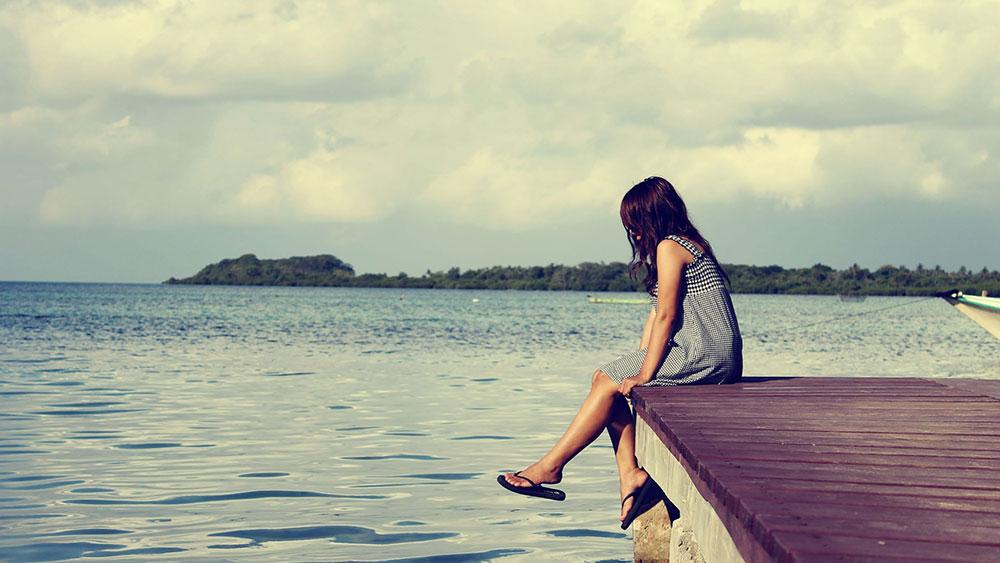 تنهایی. دریا. دختر. افسردگی