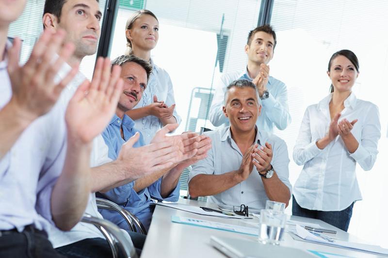 تشویق دیگران - افراد با اعتماد به نفس