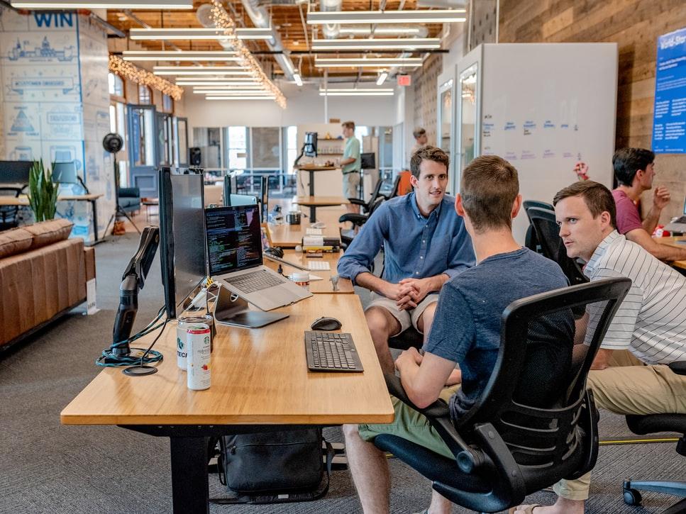 کمک به همکار - محل کار - محیط کار - محل کار مفرح - محیط کار شاد - سازمان شاد